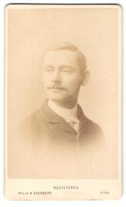 Fotografie Hills & Saunders, Eton, Portrait junger Herr im Anzug mit Schnauzbart