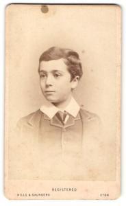 Fotografie Hills & Saunders, Eton, Portrait Knabe im Anzug mit Krawatte