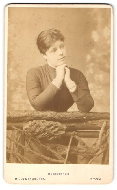 Fotografie Hills & Saunders, Eton, Portrait Dame legt das Kinn auf die Hände 0