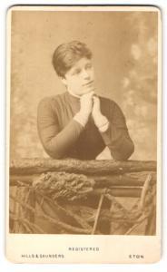 Fotografie Hills & Saunders, Eton, Portrait Dame legt das Kinn auf die Hände