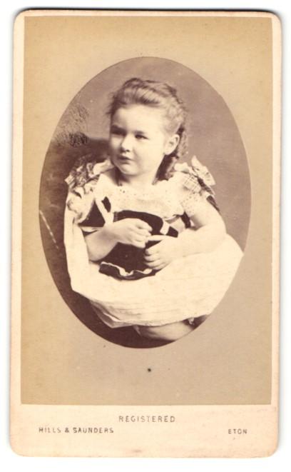 Fotografie Hills & Saunders, Eton, Portrait niedliches Mädchen mit Puppe im Arm 0