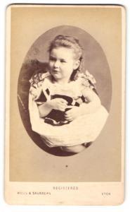 Fotografie Hills & Saunders, Eton, Portrait niedliches Mädchen mit Puppe im Arm