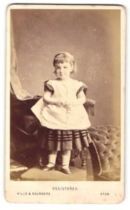 Fotografie Hills & Saunders, Eton, Portrait kleines Mädchen im hübschen Kleid