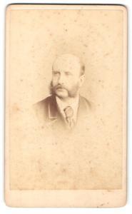 Fotografie Hills & Saunders, Eton, Portrait Herr im Anzug mit Krawatte und Backenbart
