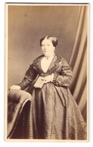 Fotografie Hills & Saunders, Cambridge, Portrait Dame im eleganten weiten Kleid