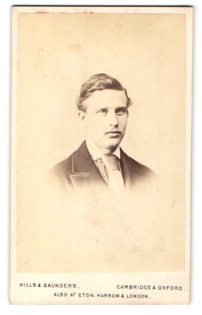 Fotografie Hills & Saunders, Cambridge, Portrait junger Mann im Anzug mit Krawatte 0