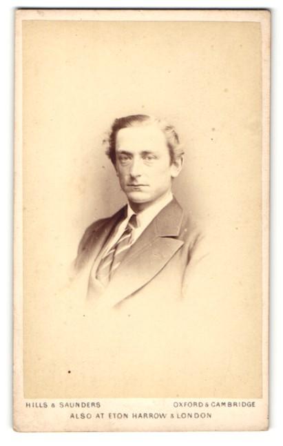 Fotografie Hills & Saunders, Oxford, Portrait bürgerlicher Herr im Anzug mit Krawatte 0