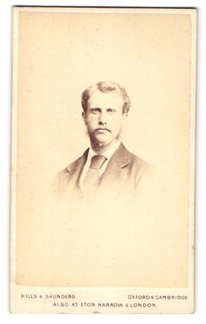 Fotografie Hills & Saunders, Oxford, Portrait junger Herr im Anzug mit Schnauzbart 0