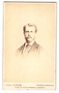 Fotografie Hills & Saunders, Oxford, Portrait junger Herr im Anzug mit Schnauzbart