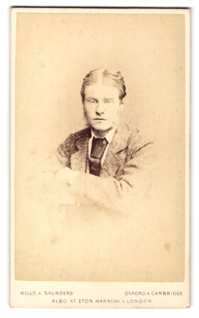 Fotografie Hills & Saunders, Oxford, Portrait junger Mann im Anzug mit Brille 0