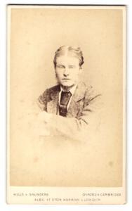 Fotografie Hills & Saunders, Oxford, Portrait junger Mann im Anzug mit Brille