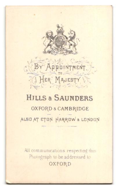 Fotografie Hills & Saunders, Oxford, Portrait junger Mann im Anzug mit Brille 1