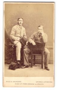 Fotografie Hills & Saunders, Oxford, Portrait zweier Herren mit Melone