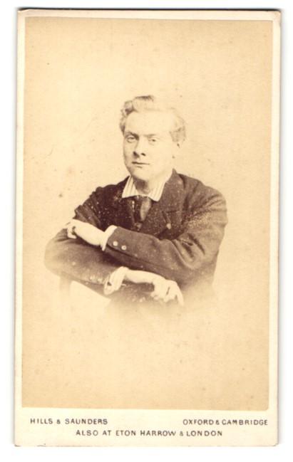 Fotografie Hills & Saunders, Oxford, Portrait junger Herr auf eine Stuhllehne gelehnt 0
