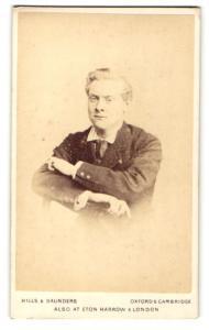 Fotografie Hills & Saunders, Oxford, Portrait junger Herr auf eine Stuhllehne gelehnt