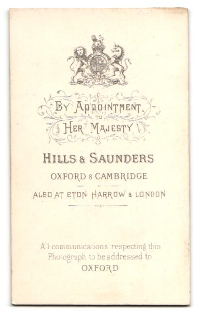 Fotografie Hills & Saunders, Oxford, Portrait junger Herr auf eine Stuhllehne gelehnt 1