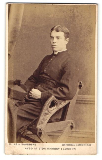 Fotografie Hills & Saunders, Oxford, Portrait junger Geistlicher auf einem Stuhl 0