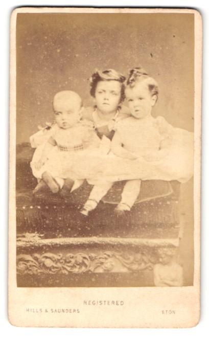 Fotografie Hills & Saunders, Eton, Portrait dreier niedlicher Kinder mit Baby im Festkleid 0