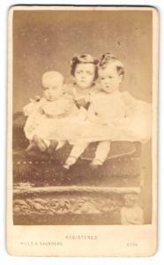 Fotografie Hills & Saunders, Eton, Portrait dreier niedlicher Kinder mit Baby im Festkleid