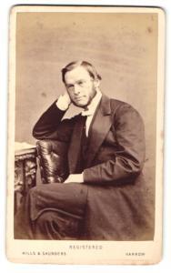 Fotografie Hills & Saunders, Harrow, Portrait Herr mit Backenbart lehnt den Kopf auf die Hand