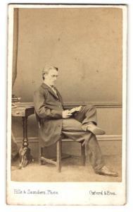 Fotografie Hills & Saunders, Oxford, Portrait lesender junger Herr
