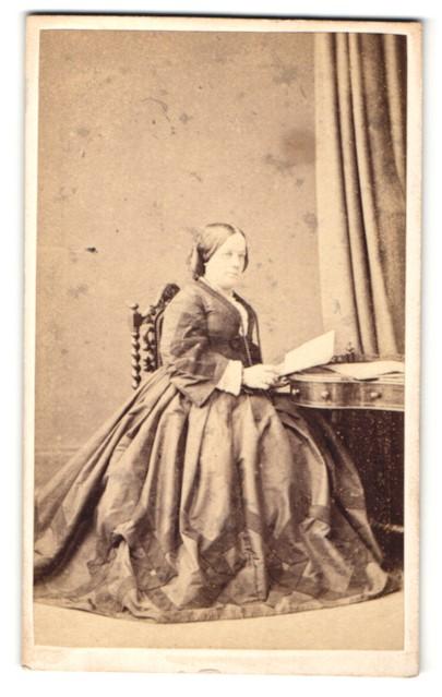 Fotografie Hills & Saunders, Oxford, Portrait bürgerliche Dame im Festkleid mit Buch 0