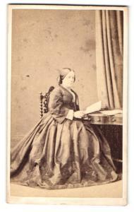 Fotografie Hills & Saunders, Oxford, Portrait bürgerliche Dame im Festkleid mit Buch