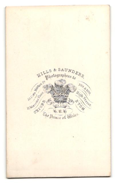 Fotografie Hills & Saunders, Oxford, Portrait bürgerliche Dame im Festkleid mit Buch 1