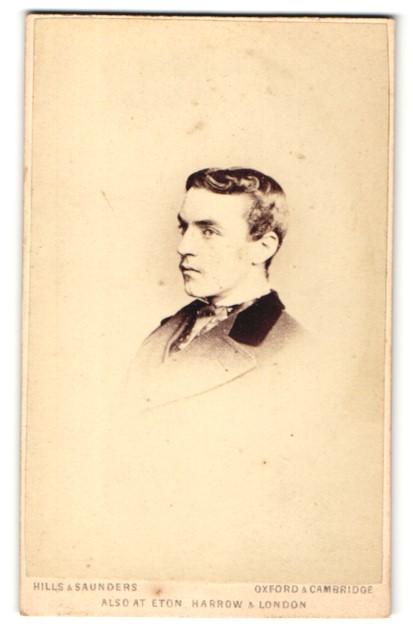 Fotografie Hills & Saunders, Oxford, Portrait ernster junger Mann im Profil 0