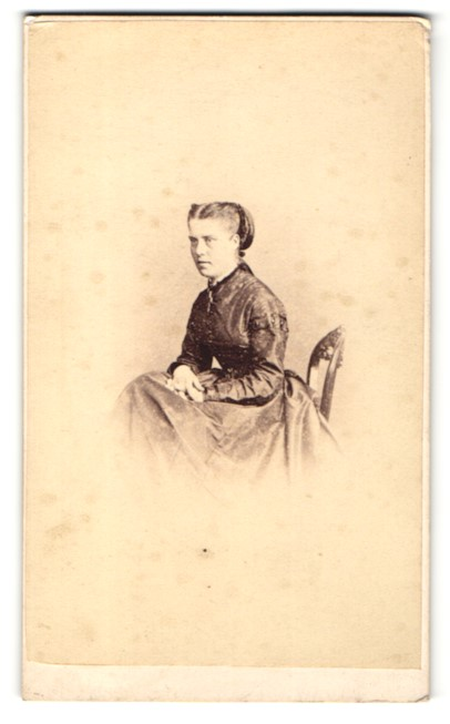 Fotografie Hills & Saunders, Oxford, Portrait junge Dame im edlen Kleid 0