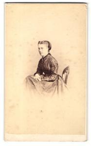 Fotografie Hills & Saunders, Oxford, Portrait junge Dame im edlen Kleid