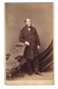 Fotografie Hills & Saunders, Oxford, Portrait bürgerlicher Herr im Anzug mit Backenbart