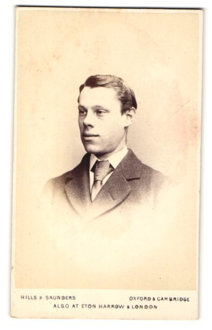 Fotografie Hills & Saunders, Oxford, Portrait junger Mann im Anzug mit Krawatte 0
