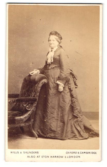 Fotografie Hills & Saunders, Oxford, Portrait ältere Dame im Festkleid mit Haube 0