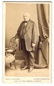 Fotografie Hills & Saunders, Oxford, Portrait Herr im Anzug mit Uhrenkette