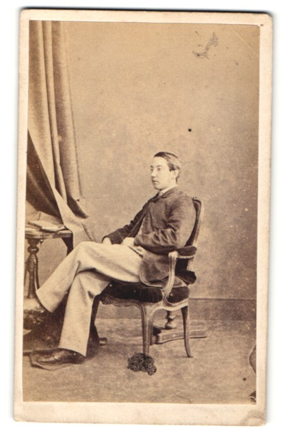 Fotografie Hills & Saunders, Oxford, Portrait junger Mann im Stuhl sitzend 0