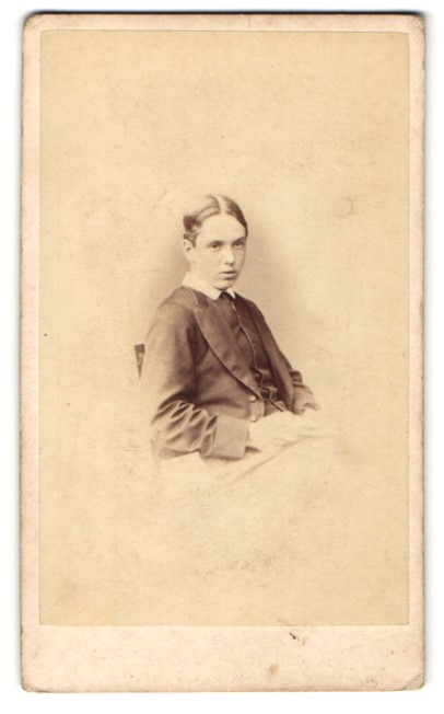 Fotografie Hills & Saunders, Eton, Portrait Knabe im Anzug 0