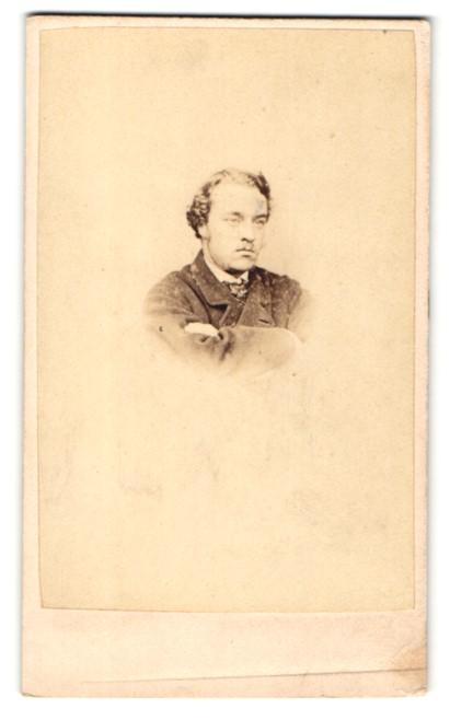 Fotografie Hills & Saunders, Eton, Portrait Herr im Anzug mit verschränkten Armen 0