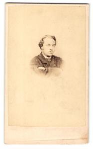 Fotografie Hills & Saunders, Eton, Portrait Herr im Anzug mit verschränkten Armen