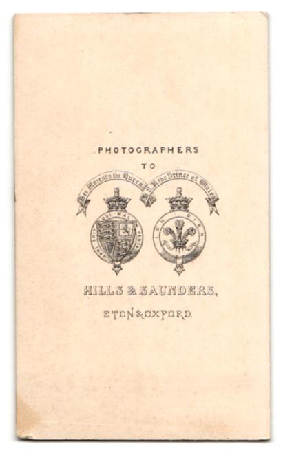 Fotografie Hills & Saunders, Eton, Portrait Herr im Anzug mit verschränkten Armen 1