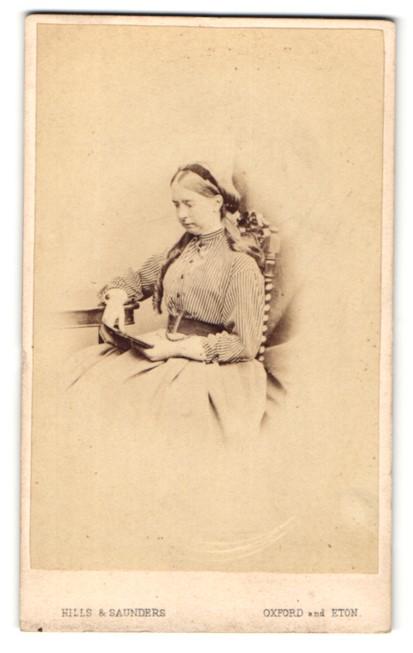 Fotografie Hills & Saunders, Oxford, Portrait lesende Dame in gestreifter Bluse 0