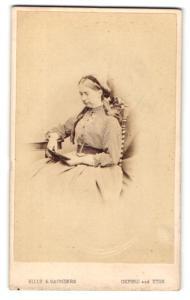 Fotografie Hills & Saunders, Oxford, Portrait lesende Dame in gestreifter Bluse