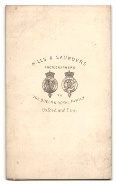 Fotografie Hills & Saunders, Oxford, Portrait ältere Dame im Festkleid mit Haube 1