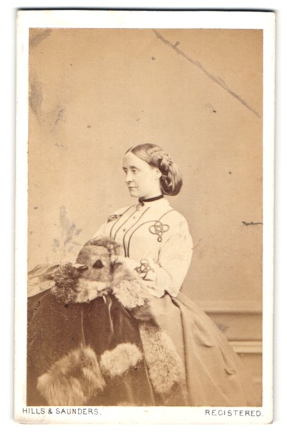 Fotografie Hills & Saunders, Oxford, Portrait elegante Dame mit Pelzmantel 0
