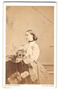 Fotografie Hills & Saunders, Oxford, Portrait elegante Dame mit Pelzmantel