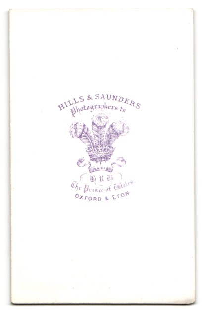 Fotografie Hills & Saunders, Oxford, Portrait elegante Dame mit Pelzmantel 1