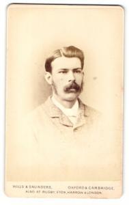 Fotografie Hills & Saunders, Oxford, Portrait junger Mann mit Schnauzbart