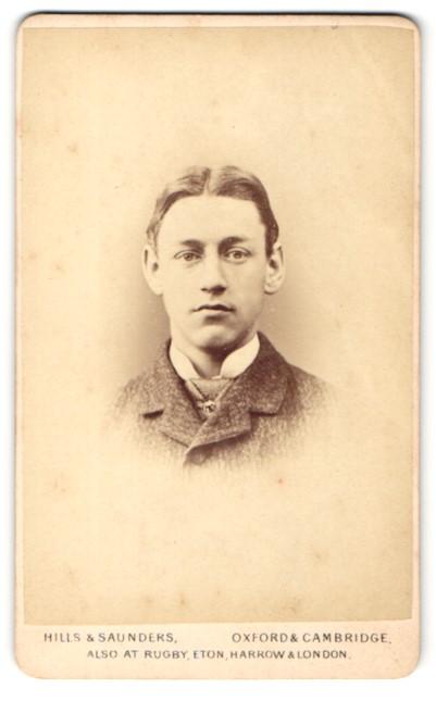 Fotografie Hills & Saunders, Oxford, Portrait Knabe im Anzug mit Mittelscheitel 0