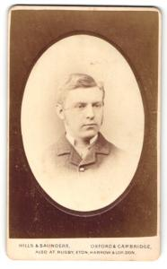 Fotografie Hills & Saunders, Oxford, Portrait junger Herr im Anzug