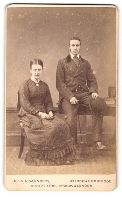 Fotografie Hills & Saunders, Oxford, Portrait Dame und Herr in bürgerlicher Kleidung 0